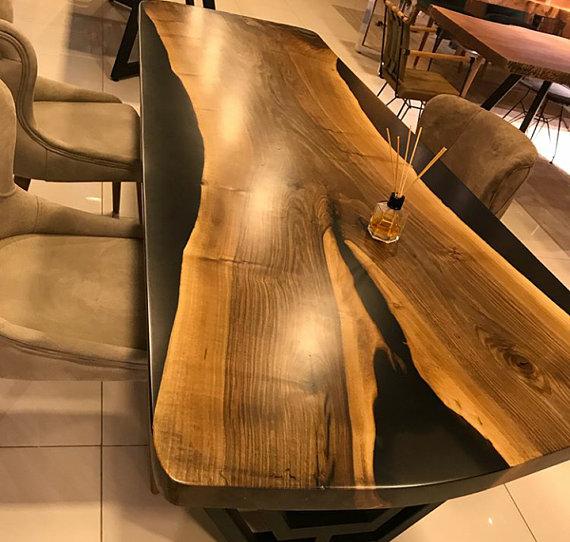 Résineépoxy teintée coulée dans du bois